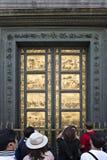 Туристы перед золотой дверью баптистерего Флоренса (летучей мыши Стоковая Фотография