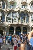 Туристы перед Касой Batllo, конструированным Gaudi barcelona Испания Стоковое фото RF