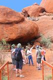 Туристы пеший вдоль Olgas в Австралии Стоковое Изображение RF