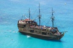 Туристы плавают в море около корабля Стоковые Фото