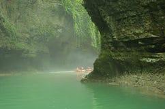 Туристы плавают на резиновой шлюпке вдоль каньона Грузия Стоковая Фотография