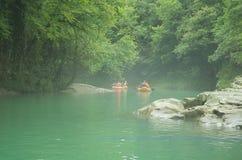 Туристы плавают на резиновой шлюпке вдоль каньона Грузия стоковое фото