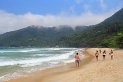 Туристы пляжа Бразилии стоковые изображения rf