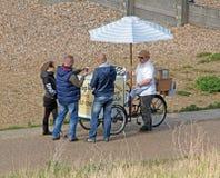 Туристы покупая мороженое Стоковые Фото