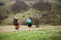 туристы поля зеленые Стоковые Фото