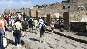 Туристы Помпеи снятые укладкой в форме показывая видеоматериал