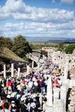 Туристы посещают археологические руины Ionian города Ephesus, Турции Стоковое фото RF