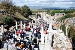 Туристы посещают археологические руины Ionian города Ephesus, Турции Стоковые Изображения RF