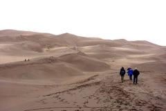 Туристы посещают большие песчанные дюны стоковая фотография rf