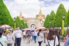 Туристы посещают грандиозный дворец в Бангкоке, Таиланде Стоковое Изображение RF
