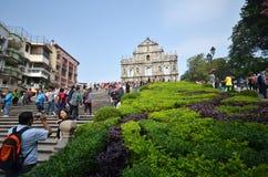 Туристы посещают загубленную церковь St Paul в Макао, Китае Стоковые Фото