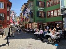 Туристы посещают исторический старый центр города Стоковые Изображения