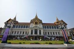 Туристы посещают королевский грандиозный дворец Стоковое фото RF