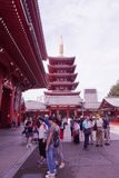 Туристы посещают к виску Sensoji Asakusa, Токио, Японии стоковые изображения rf