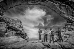 Туристы посещают национальный парк сводов в Юте - ЮТЕ, США - 20-ОЕ МАРТА 2019 стоковые изображения rf