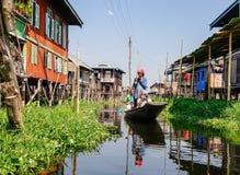 Туристы посещают плавая деревню шлюпкой на озере инкрустаци в Шани, Мьянме Стоковое Изображение