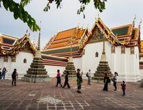 Туристы посещая висок Wat Pho в Бангкоке, Таиланде Стоковые Фотографии RF