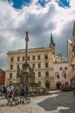 Туристы посещая главную площадь Cesky Krumlov в Богемии Стоковая Фотография