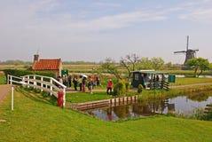 Туристы посещая известную ветрянку на Kinderdijk, Нидерланды стоковое изображение rf