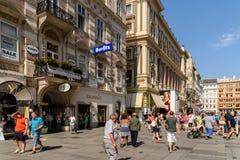 Туристы посещая и ходя по магазинам на улице Graben в вене Стоковая Фотография