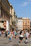 Туристы посещая и ходя по магазинам на улице Graben в вене Стоковые Изображения