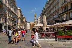 Туристы посещая и ходя по магазинам на улице Graben в вене Стоковые Фото