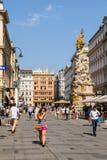 Туристы посещая и ходя по магазинам на улице Graben в вене Стоковые Изображения RF