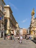 Туристы посещая и ходя по магазинам на улице Graben в вене Стоковое фото RF