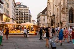 Туристы посещая и ходя по магазинам на улице Graben в ноче Стоковые Изображения RF