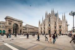 Туристы посещая квадрат Duomo аркады Стоковая Фотография