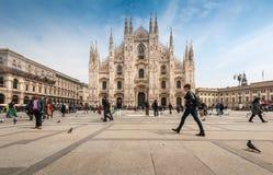 Туристы посещая квадрат Duomo аркады Стоковая Фотография RF