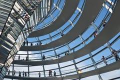 Туристы посещая купол Reichstag Стоковая Фотография
