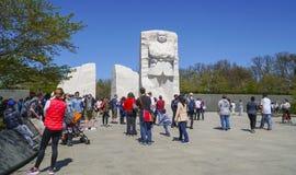 Туристы посещая мемориал Мартин Лютер Кинга в Вашингтоне - DC ВАШИНГТОНА - КОЛУМБИЯ - 7-ое апреля 2017 стоковые фотографии rf