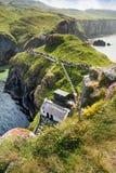 Туристы посещая мост веревочки Carrick-a-Rede в графстве антриме Северной Ирландии стоковое изображение