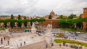 Туристы посещая памятник Виктора Emmanuel в Риме стоковые фотографии rf