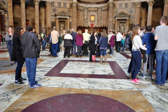 Туристы посещая пантеон в Риме, Италии Стоковые Изображения RF