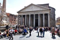 Туристы посещая пантеон в Риме, Италии Стоковое Фото