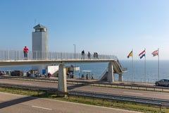 Туристы посещая положение где afsluitdijk закрыто стоковые изображения rf