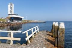 Туристы посещая положение где afsluitdijk закрыто стоковое изображение