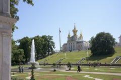 Туристы посещая 5-приданную куполообразную форму церковь Святых Питера придворного льстца Стоковые Изображения