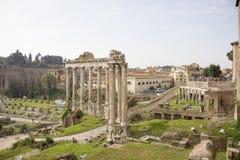 Туристы посещая римский форум Стоковые Изображения