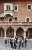Туристы посещая университет Jagiellonian krakow Польша Стоковое Фото