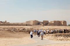 Туристы посещая форт Бахрейна Стоковые Фотографии RF