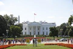 Туристы посещая DC Белого Дома Стоковая Фотография