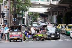 Туристы получают в такси Tuk Tuk на соединении Ratchaprasong Стоковые Фото