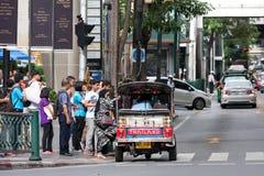 Туристы получают в Tuk Tuk на соединении Стоковая Фотография RF