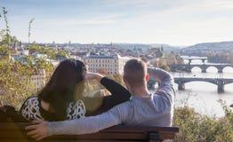 Туристы получают знакомыми с городом Праги Стоковые Изображения RF