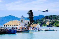 Туристы приземляясь в городок Корфу, Грецию Стоковое фото RF