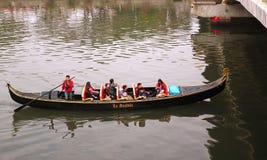 Туристы принимают езду гондолы на реке влюбленности Стоковое Изображение RF