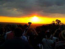 Туристы принимают фото захода солнца Стоковые Фотографии RF
